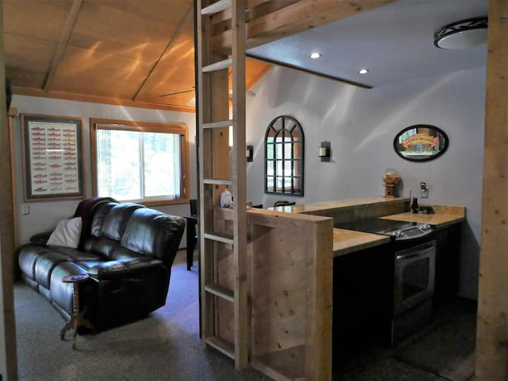 Warm & Toste Cabin with hot tub, fireplace, & view