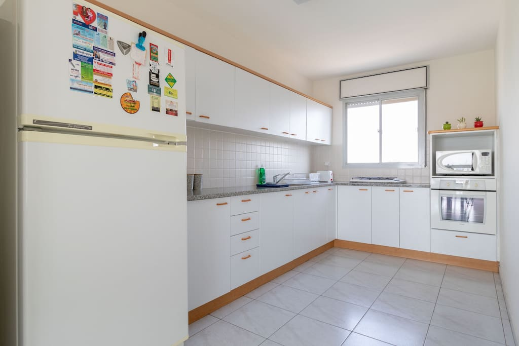 Fully equipped vegetarian kitchen with microwave, gas hob and oven to prepare a quick dinner after a long day