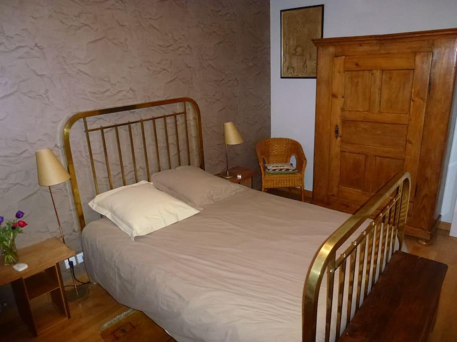 chambre dans l 39 hyper centre chambres d 39 h tes louer angers pays de la loire france. Black Bedroom Furniture Sets. Home Design Ideas