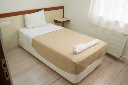 Ugly Tiny Cheap Single Room Denizli - 民宿