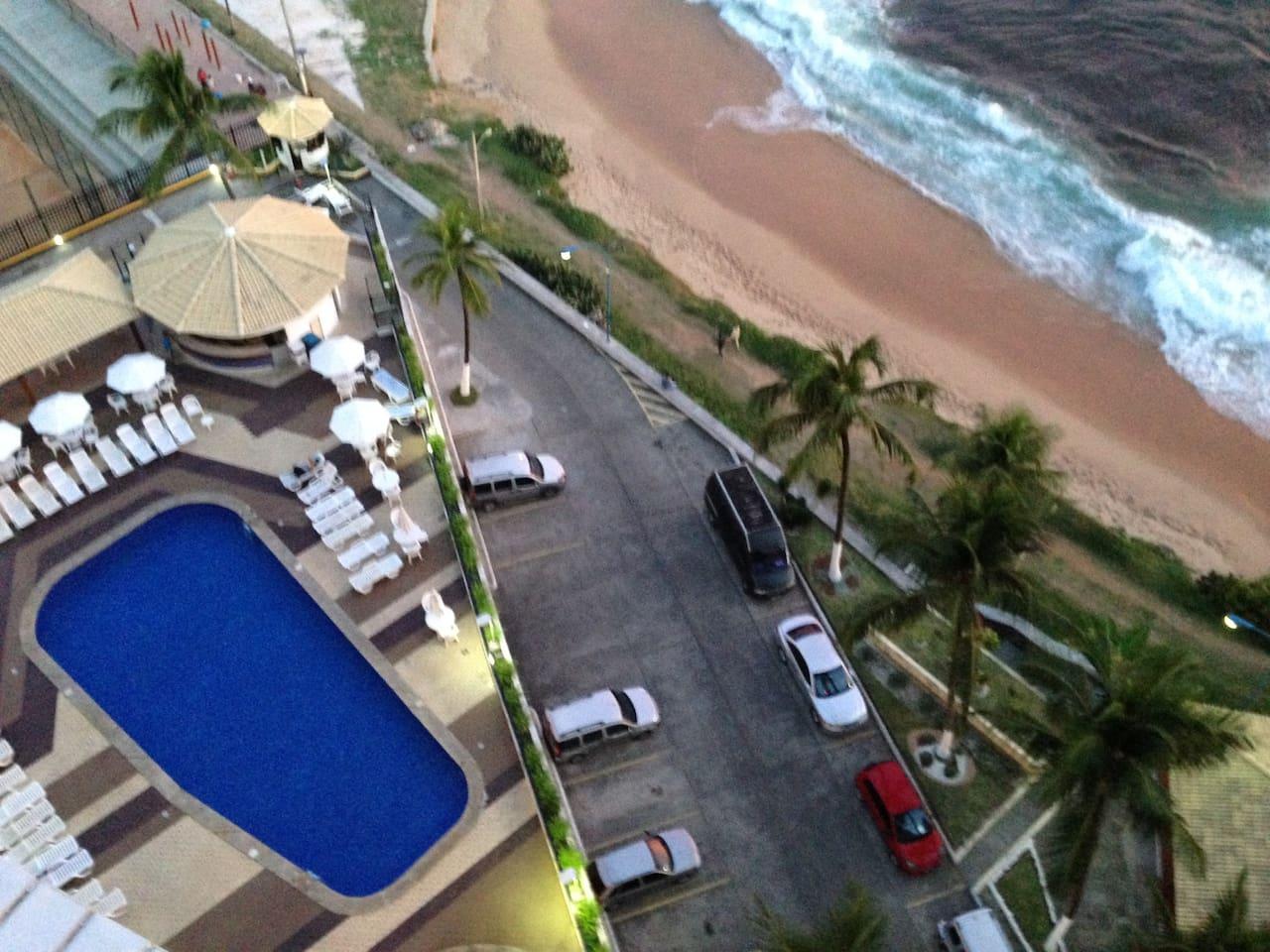 Vista piscina/bar do prédio.