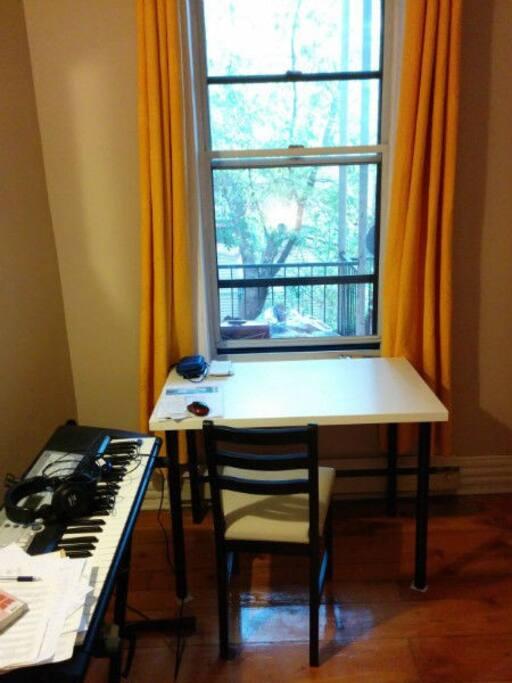 fenêtre sur balcon. Petit piano électrique disponible.