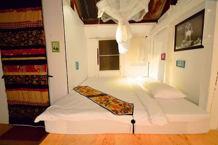 The Old Times Lanta-Black Superman Room