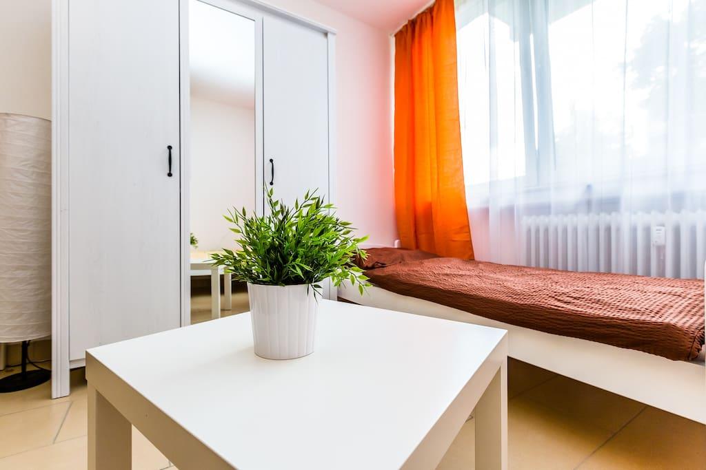 Tisch, Kleiderschrank/ tabel and wardrobe
