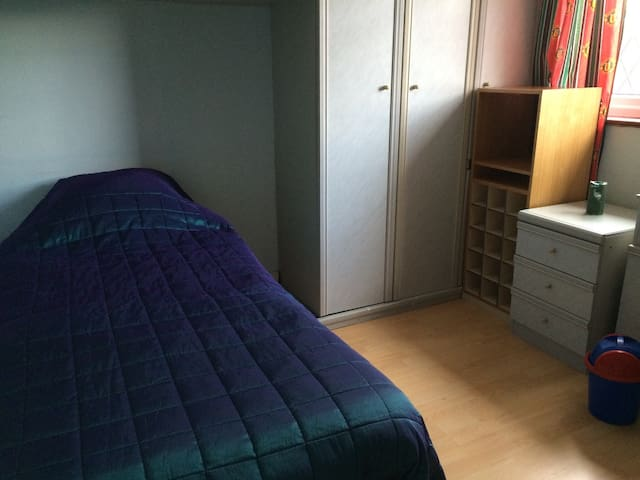 Single bedroom with fitted wardrobe - ฮาร์โรด