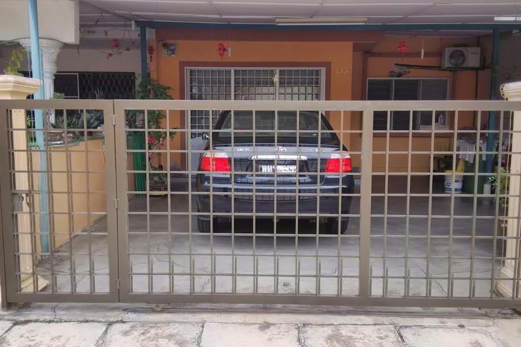 民宿大门可泊爱车。 Private parking