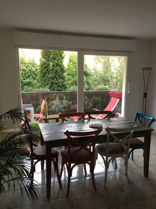 Le salon avec vue sur le balcon/terrasse