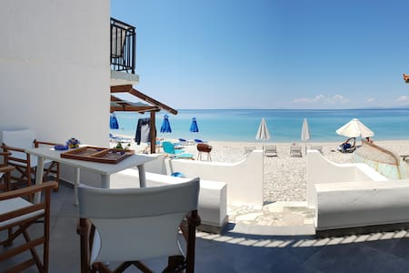 Only a step to the beach: Amazing Villa Ioanna