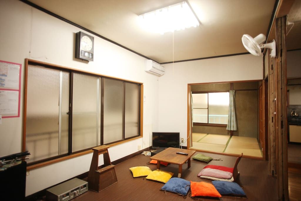 リビングは2部屋あります。 広々と寛げるフローリングの部屋です。 リビングは24時間利用可能です。