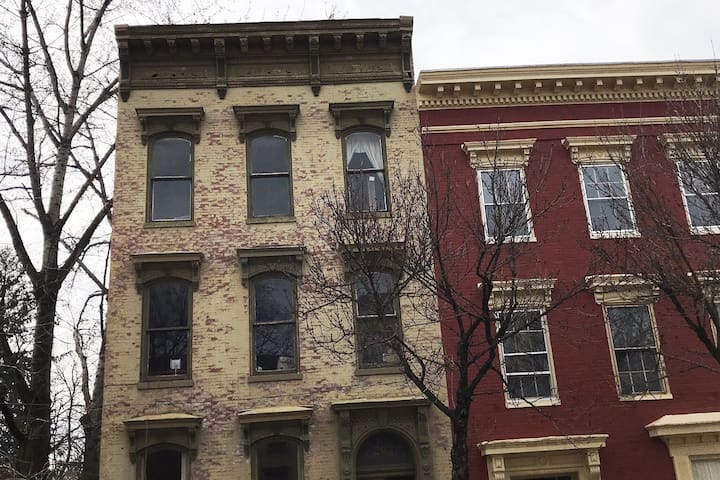 Lena's Historic District Flat with Parking