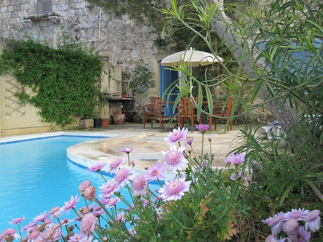 Traditional Farmhouse with Private Pool and Views - Il-Munxar - Villa
