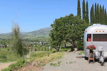 Unique Airstream, Gorgeous Views, 4 mi. to Ashland