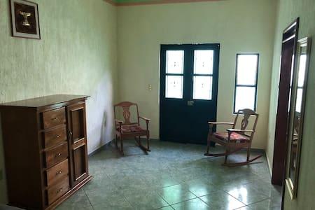 Cómoda y amplia habitación independiente