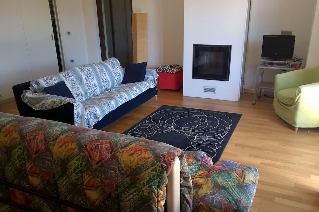 nuovo arredamento della sala soggiorno con riscaldamento pellet