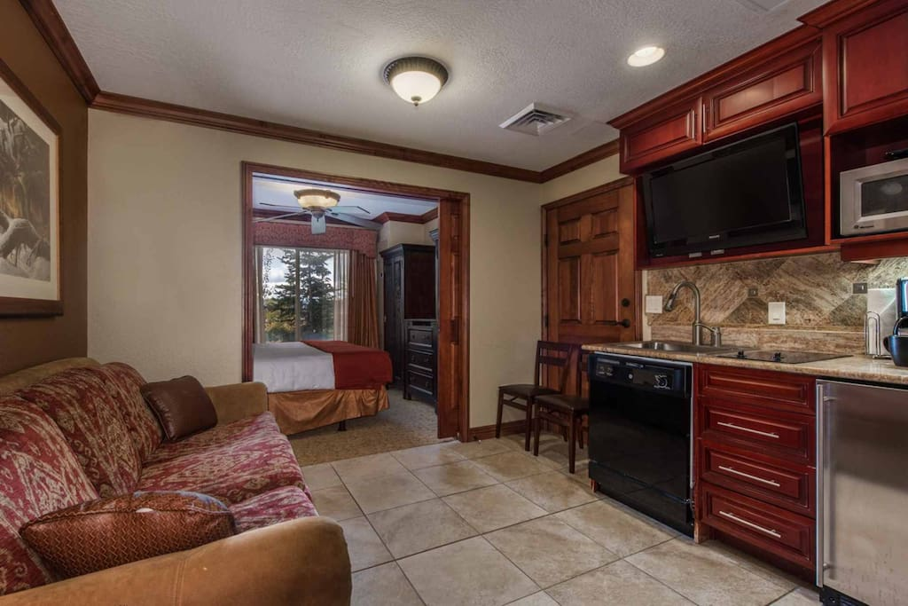 A bright Westgate condo, for up to 4 guests, offers a master suite, steam shower and gourmet kitchenette. Queen size sleeper sofa in living area.