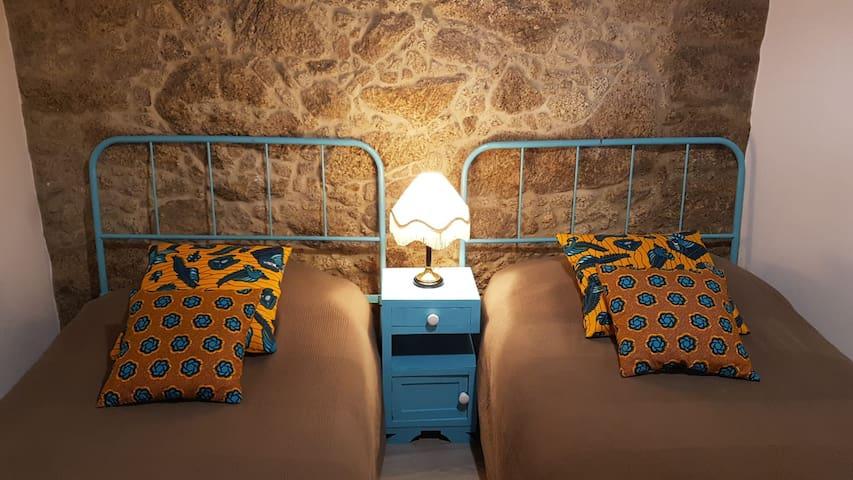 Quarto 2 - camas de solteiro + berço