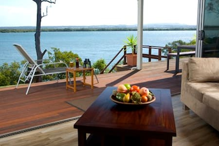 Sunset Waters, Luxury Waterfront Holiday Home - Macleay Island
