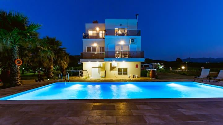 NEW 2 BDRM home 200m from Drapanias Beach KISSAMOS