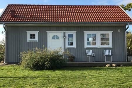 Nybyggd gäststuga mellan Lidköping och Läckö slott