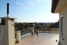 Il lastricato solare che circonda l'appartamento a 360° The terrace surrounds the apartment 360°