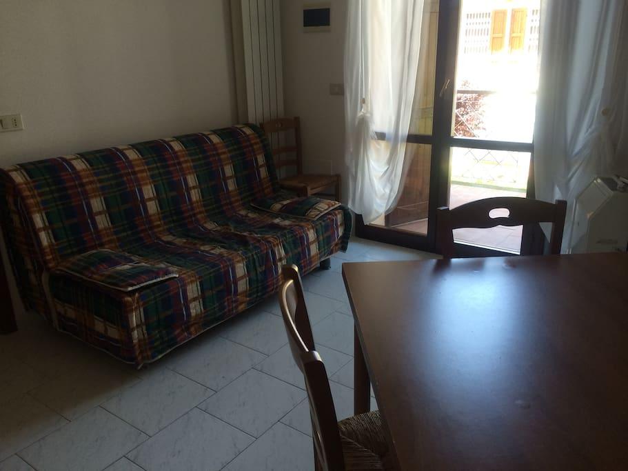 Sala con divano letto due posti