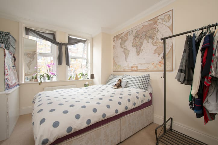 Large, Bright & Cosy Bedroom with Desk