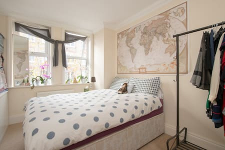 King Size Bed in Hackney Central - Pis