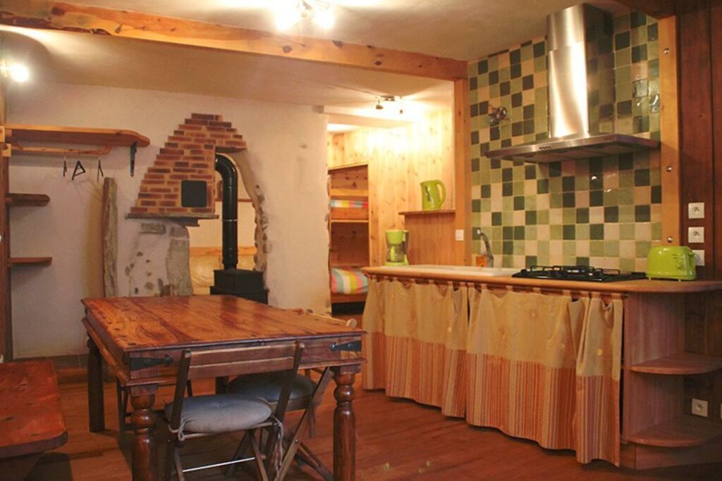 La pièce principale est composée d'un grand séjour avec un coin banquette et d'une cuisine équipée très fonctionnelle ainsi que de nombreux rangements.