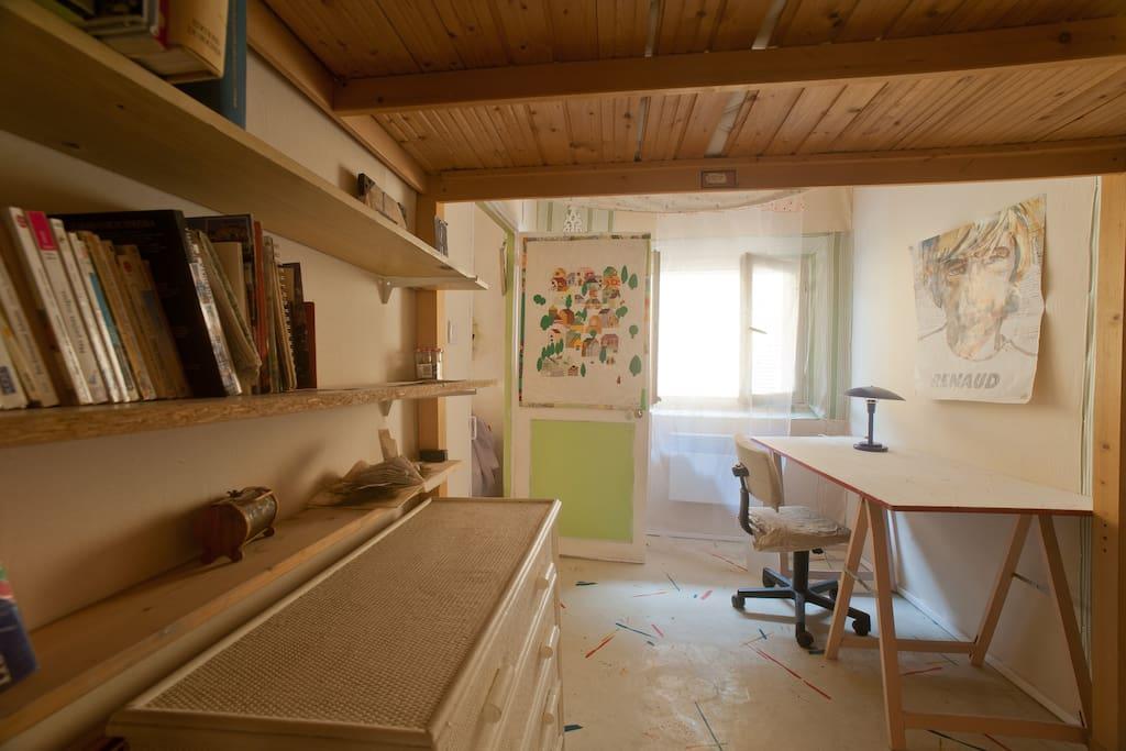 la chambre avec mezzanine et le bureau