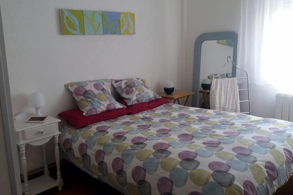 Dormitorio principal con cama 150 cm.