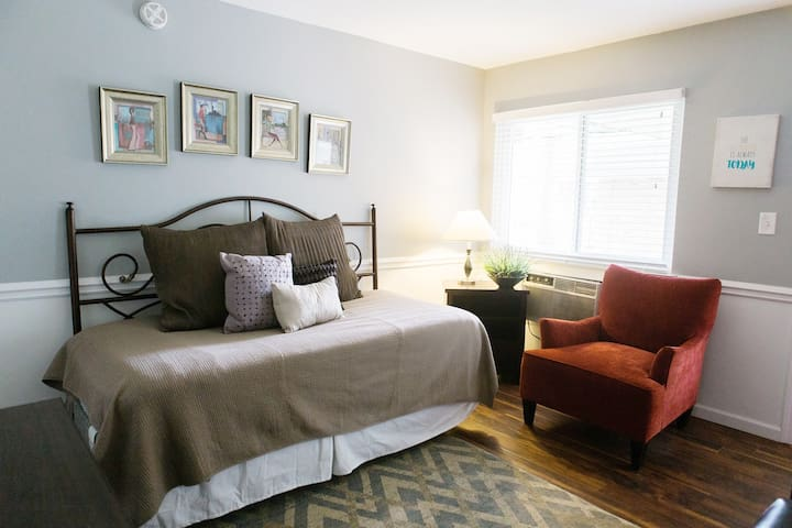 #50 Chic Studio Apartment near Downtown