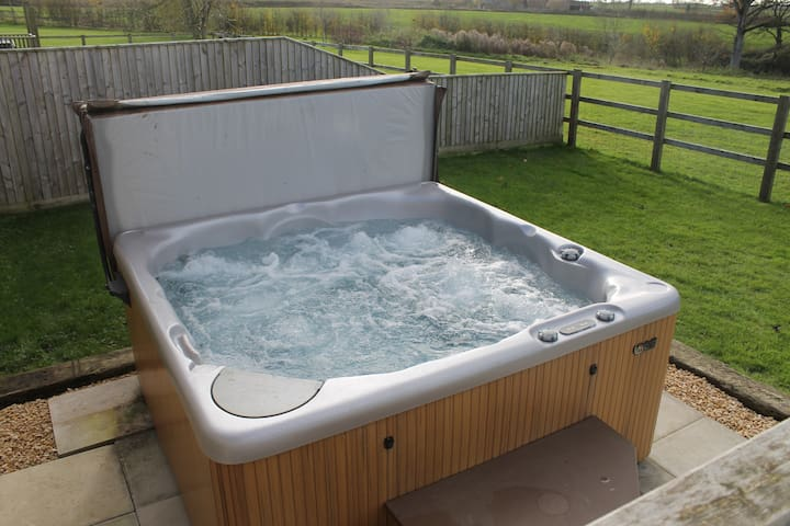 Parbrook Barn with Hot Tub