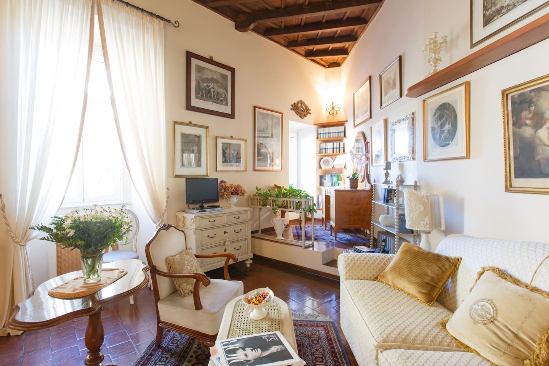 Il salotto con l'angolo studio affacciato sul Tevere e sul Castello.