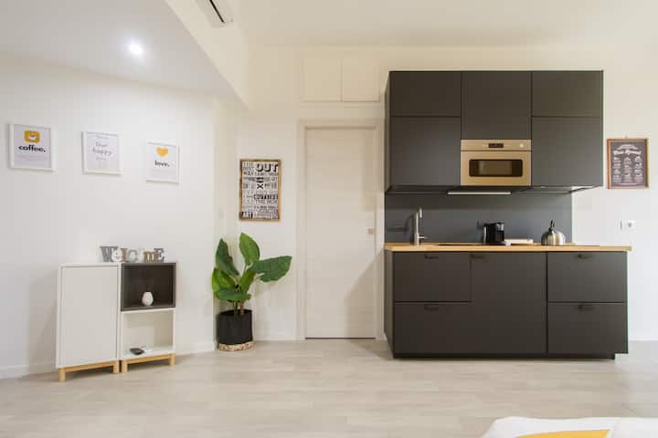 Charming Yellow Flat near Central Station