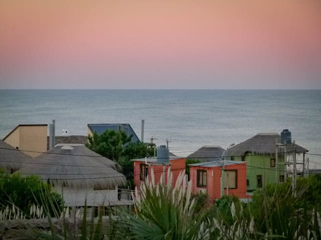 A mellow sunset (the green cabins to the right are Las Bossas)