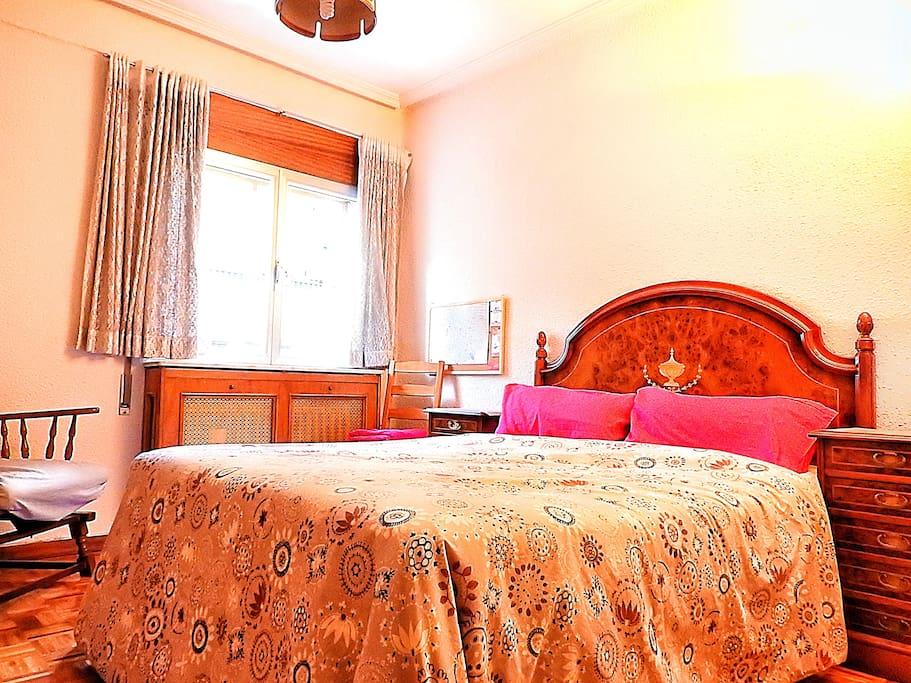 cama matrimonial (135 cm ancho x 190 cm largo).
