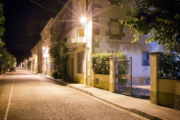 La casa está situada en la calle principal del pueblo, con aparcamiento gratuito en la misma calle.