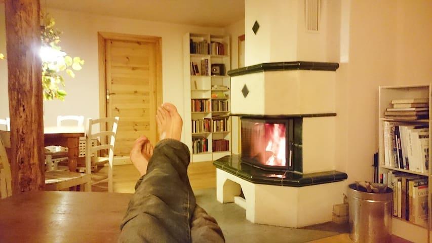 Wer selbst Holz hackt, darf auch die Füße auf den Tisch legen