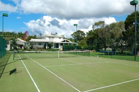 A stunning 6 bedroom with pool and tennis court - Currumbin Waters - Haus