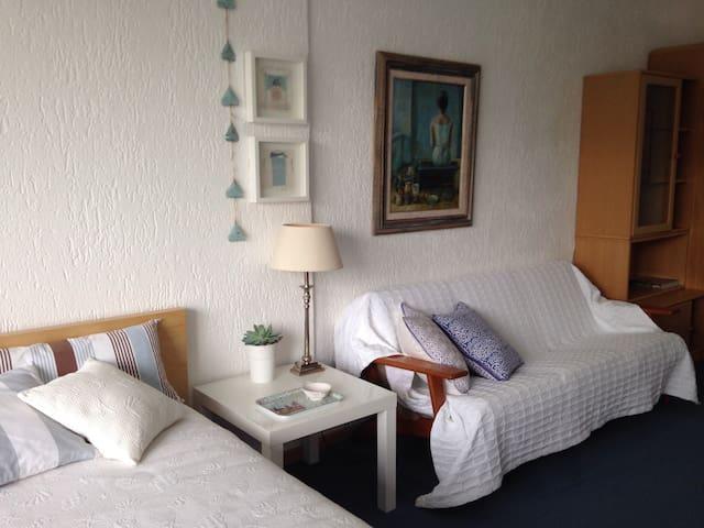 Sonniges Zimmer mit Balkon und Gartenblick.