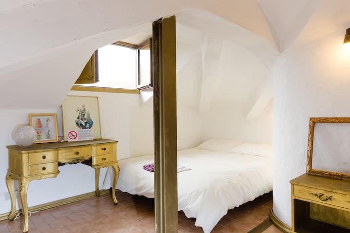 Romantic Attic room with PARKING