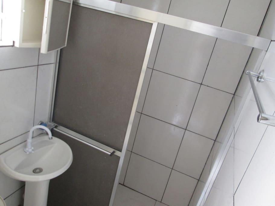 This is the suite bathroom -  Esse é o banheiro da suite