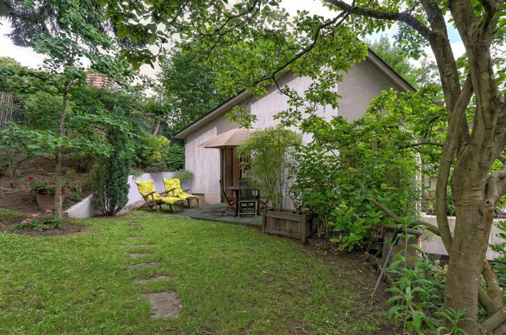 Maisonnette  d'amis dans un jardin - La Celle-Saint-Cloud - House