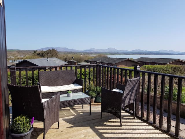 45 Pine Lodge with views of the sea and Snowdon
