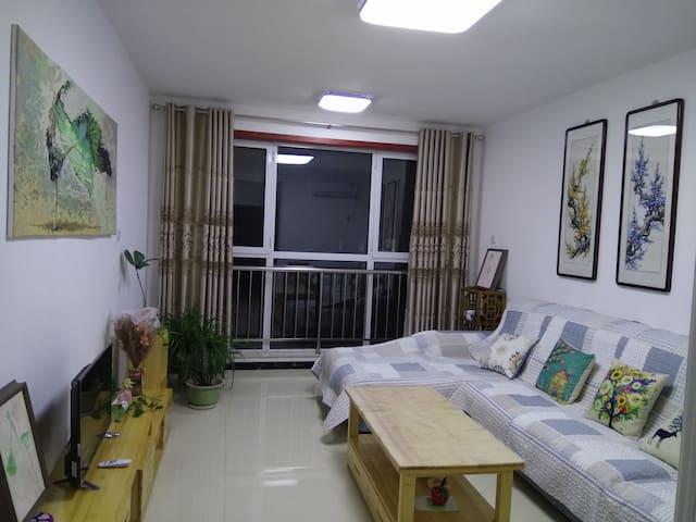 优佳居    90平,临近盘古公园.游泳馆及幼儿园和二中的两室一厅一卫新房,全实木环保装修
