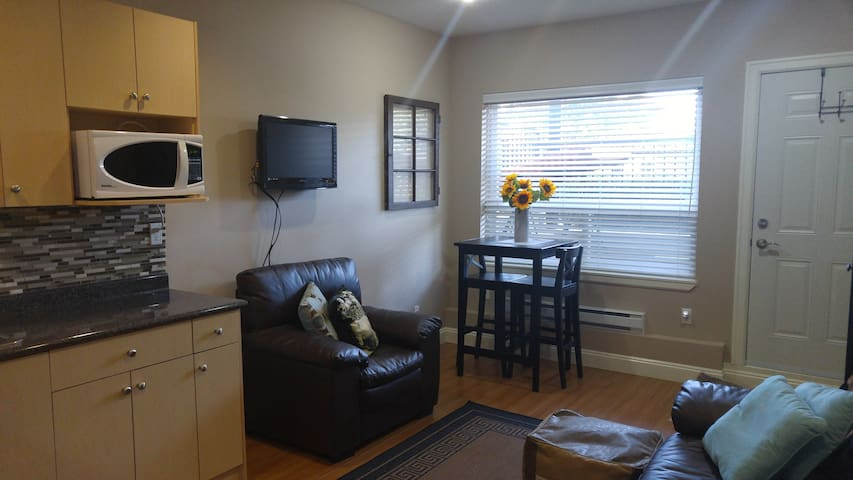 Private one bedroom suite, quiet country charm!