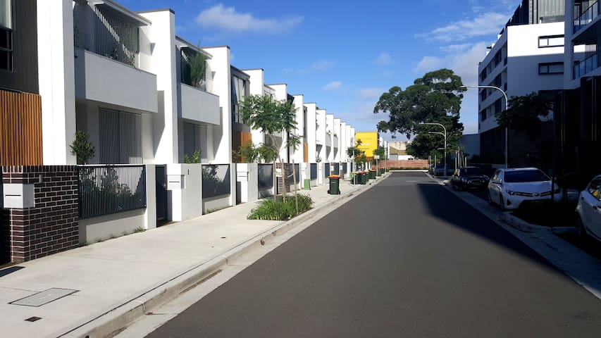 Private Room in Modern Townhouse - Erskineville - Huis