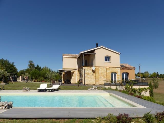 Grande maison moderne, confortable et atypique