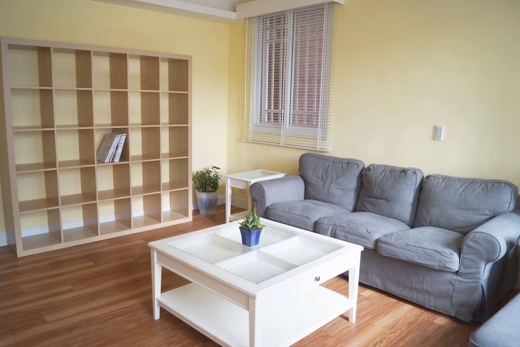 客廳-舒適的沙發與閱讀空間