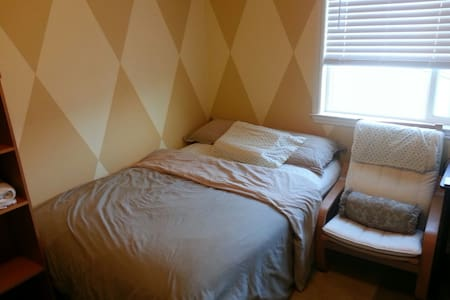 Cozy Furnished Queen size bedroom w/fridge - Lathrop - Haus